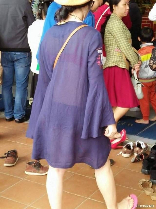 Thay vì những trang phục kín đáo, trang trọng thì cô gái này lại diện chiếc váy mỏng, xuyên thấu, rất không phù hợp khi đi lễ chùa.