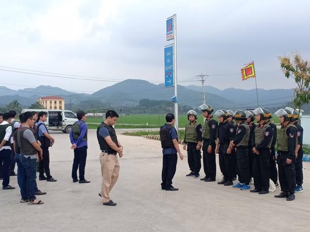 Hàng trăm chiến sỹ cảnh sát được huy động để khống chể nhóm đối tượng nghi vận chuyển ma túy. Ảnh: Hồ Thắng.