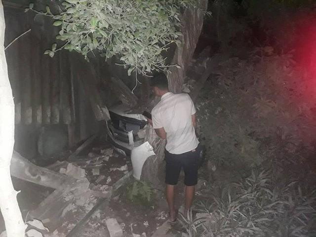 Chiếc xe chỉ dừng lại khi đâm sập ki-ốt và đâm trúng gốc cây.