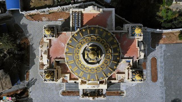 Chỉ riêng mặt sàn xây dựng của tòa lâu đài 6 tầng này đã khoảng 1.700 m2.