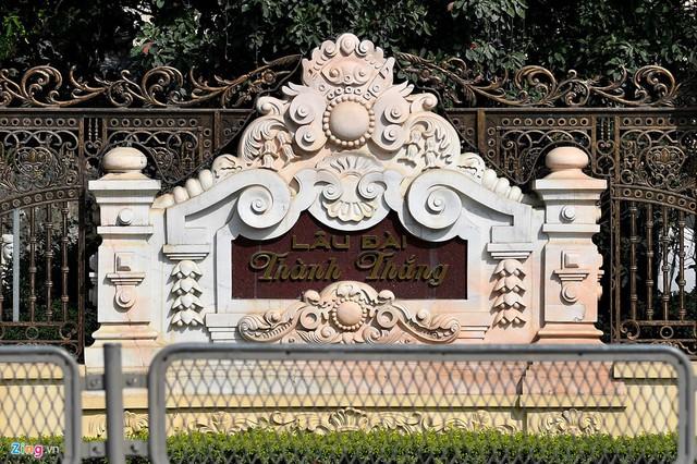 Chính giữa bức tường mặt tiền tòa lâu đài có khắc chữ Lâu đài Thành Thắng. Chủ nhân vốn có hai người con trai tên là Thành và Thắng.