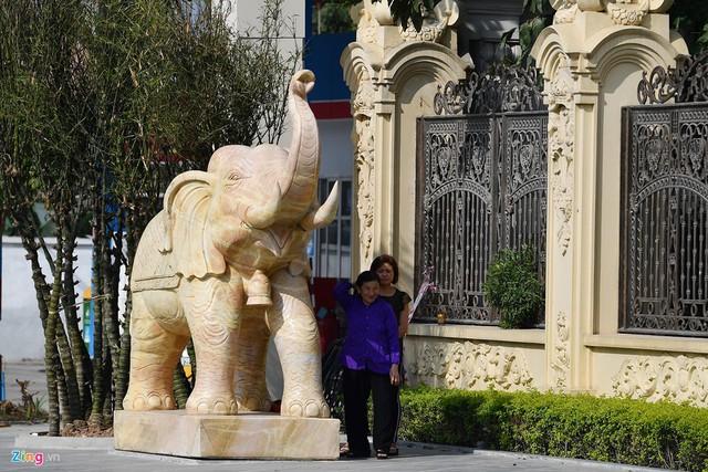 Ngoài cổng là hai con voi đá ở hai bên đứng chầu thể hiện sự uy vũ, quyền lực.