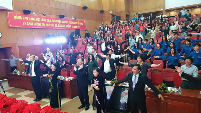 Bộ trưởng Bộ Y tế (thứ 2 từ trái sang) tập thể dục cùng hàng trăm cán bộ, đại biểu ngày 20/2.
