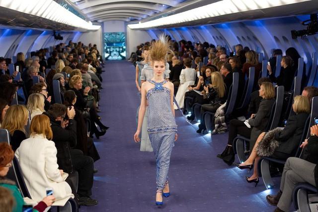 Khung cảnh khoang hành khách hạng nhất của chuyến du hành sang trọng mà Chanel mang đến trong show diễn Haute Couture 2012.