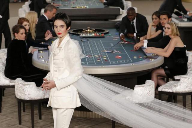 Model Kendall Jenner diện trang phục ấn tượng nhất xuất hiện trong show Haute Couture Thu/Đông 2015 của Chanel.