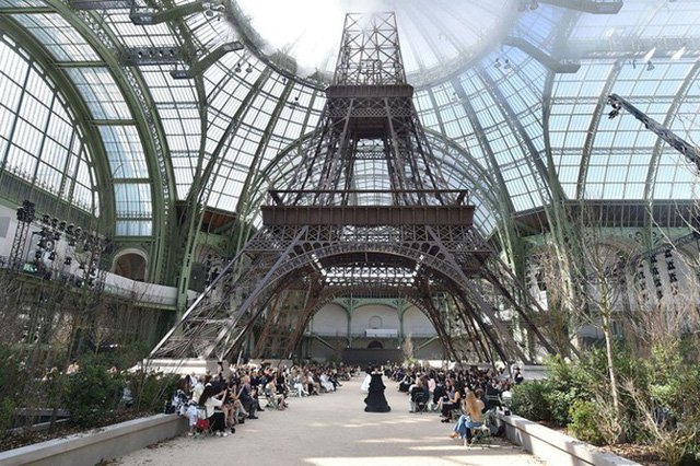 Tháp Eiffel được tái hiện trong nhà kính để tăng sự huy hoàng cho bộ sưu tập Haute Couture Thu/Đông 2017.