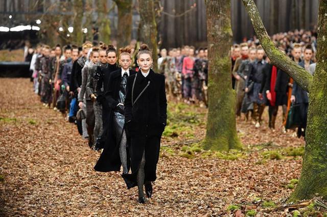 Bối cảnh đậm chất thơ đã góp phần tôn vinh vẻ đẹp, sự sang trọng cho các mẫu trang phục thu đông của nhà mốt Chanel.