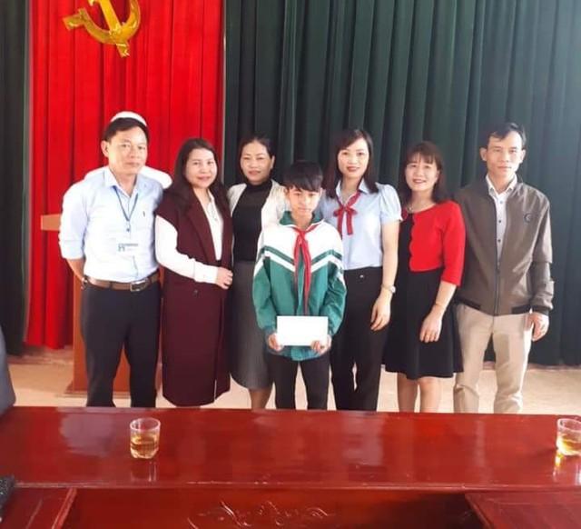 Em Nguyễn Văn Chương nhận khen thưởng của nhà trường.