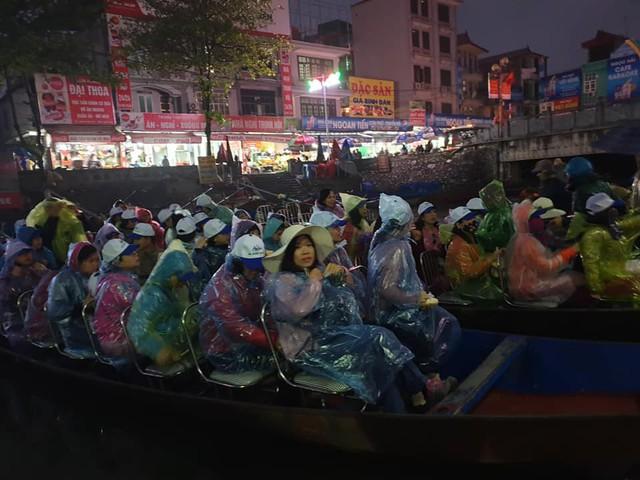 Lo sợ tắc đường ở chùa Hương, nhiều đoàn đã xuống đò từ 6 giờ sáng. Ảnh: Ml