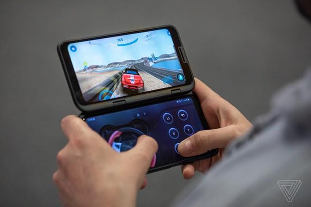 Người dùng có thể gắn màn hình phụ 6,2 inch vào LG V50. Ảnh: The Verge.