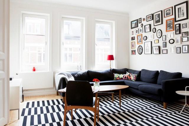 Phòng khách xinh xắn với điểm nhấn từ sofa và tranh treo tường.