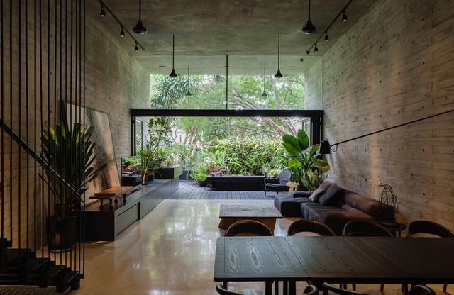Từ bên trong nhà, mọi người có thể ngắm nhìn sắc màu xanh tươi của thiên nhiên.