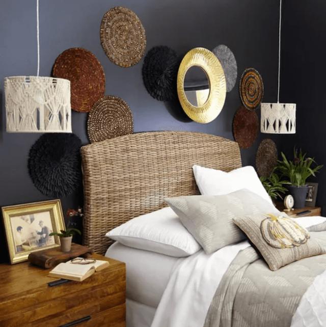 Nếu bạn muốn thêm một cảm giác chiết trung vào phòng ngủ hãy sử dụng mây Kubu dệt ở đầu giường (Ảnh: Pier1).