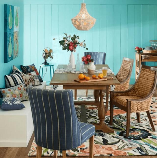 Những chiếc ghế ăn bằng liễu gai Cinta này tạo cảm giác dân dã cho một không gian ăn uống chiết trung (Ảnh: Pier1).