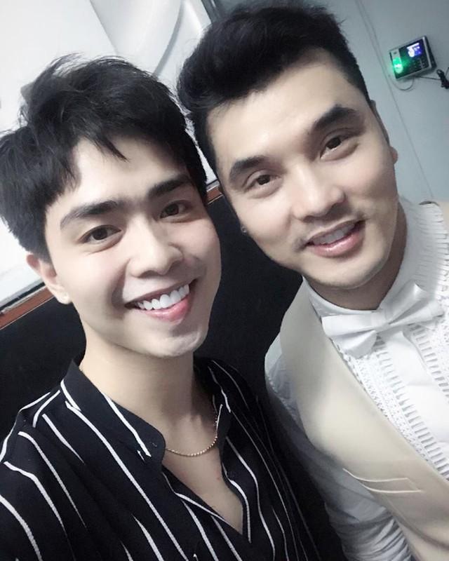 Trên Facebook, chàng trai này thường xuyên có tương tác thân mật với Thu Thủy, từng gặp gỡ bạn thân của cô là Ưng Hoàng Phúc và có nhiều mối quan hệ với giới nghệ sỹ trong showbiz .