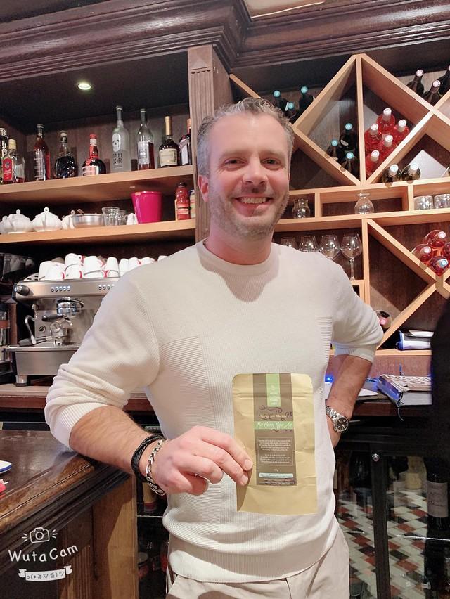 Bột Ngũ Linh Thần Mộc được một chủ chuỗi Bar & Loungue nổi tiếng ở thủ đô Paris nước Pháp sử dụng để gia tăng vượng khí cho cơ sở kinh doanh
