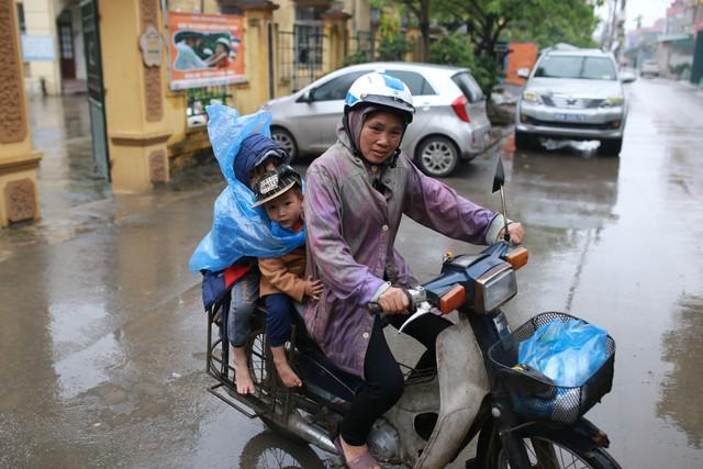 Người dân Thuận Thành, Bắc Ninh đội mưa đưa con em đi xét nghiệm sán lợn miễn phí tại trường mầm non.