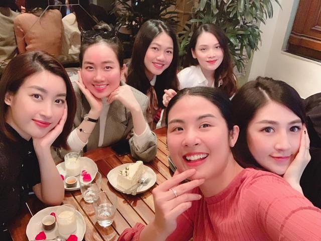 Ngọc Hân đón sinh nhật muộn bên hội chị em toàn các Hoa hậu, Á hậu.