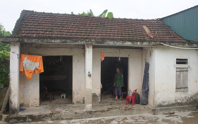 Bà Tam bên căn nhà lụp xụp của vợ chồng con trai. Ảnh: Đức Hùng