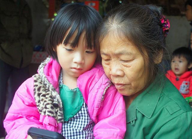 Bà Tam lo cho tương lai của người cháu gái khi bố mẹ gặp bi kịch. Ảnh: Đức Hùng