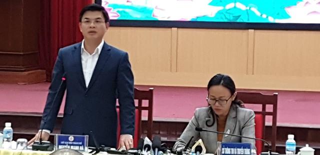 Ông Hà trả lời các câu hỏi của báo chí