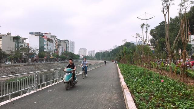 Có một số người điều khiển xe máy thản nhiên không đội mũ bảo hiểm khi đi vào phần đường dành cho người đi bộ