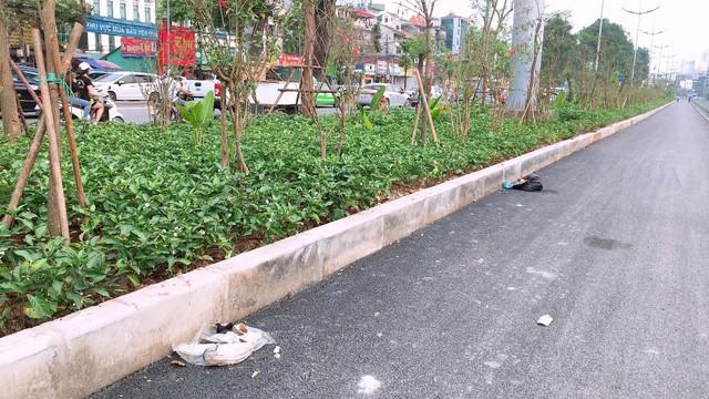 Không những thế trên đường đã xuất hiện những túi rác vứt ngổn ngang gây mất mỹ quan