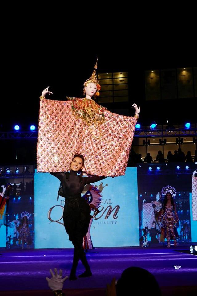 Khó hiểu nhất phải kể đến trang phục của thí sinh Thái Lan - Kanwara Kaewjin. Hầu hết khán giả theo dõi chương trình đều đánh giá thiết kế của thí sinh nước chủ nhà không đẹp mà còn cồng kềnh, khiến Kanwara Kaewjin trông gượng gạo, kém duyên dáng.