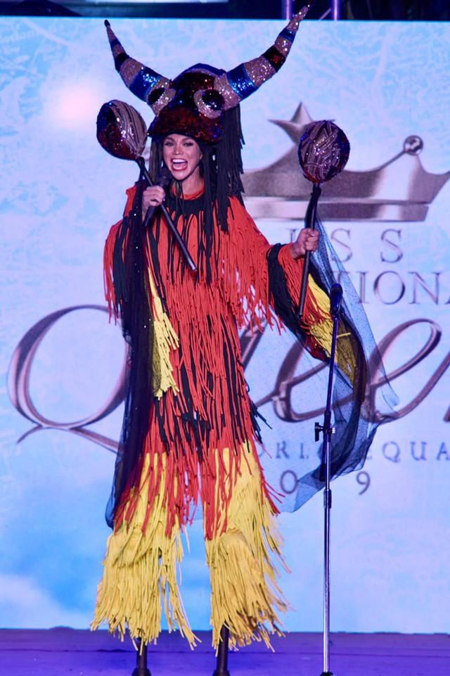 Sofia Colmenarez - thí sinh Venezuela - mất nhiều thời gian để di chuyển trên sân khấu vì sử dụng cà kheo. Môn nghệ thuật đi cà kheo bắt nguồn từ ngôi làng Langevelde (thuộc Merchtem, Bỉ) sau đó phổ biến ở nhiều quốc gia trên thế giới. Hoa hậu Chuyển giới Quốc tế bắt đầu tổ chức năm 2004 dành cho những người đẹp chuyển giới. Quy mô cuộc thi không lớn và luôn được tổ chức tại Thái Lan.