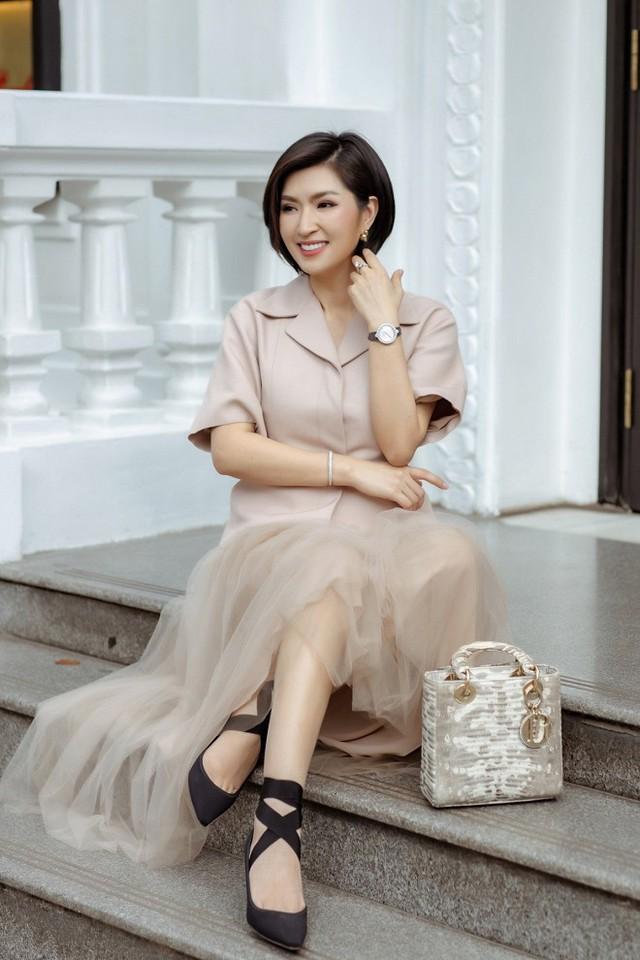 Từng là một nữ ca sĩ trẻ có nhiều triển vọng, thế nhưng 15 năm trước, Nguyễn Hồng Nhung vướng vào scandal lộ ảnh nóng. Bạn trai cũ đã tung những bức ảnh nhạy cảm của cô lên mạng, khiến cô rơi vào biến cố, phải sống bao năm vất vưởng nơi đất khách quê người.