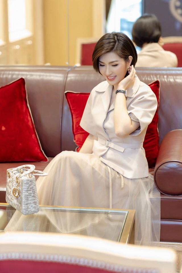 Mới đây, sau quãng thời gian dài biền biệt, Hồng Nhung đã chính thức được cấp phép biểu diễn lại tại Việt Nam. Xuất hiện trong buổi họp báo giới thiệu về chương trình đặc biệt này, dung mạo xinh đẹp, tươi tắn và rạng rỡ của cô vẫn khiến nhiều người mê mẩn.