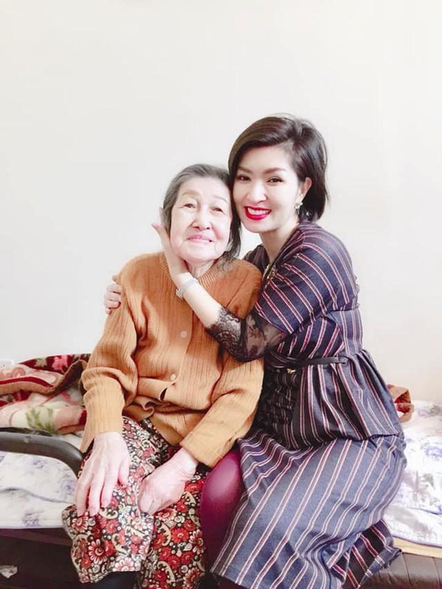 Ngay sau khi về Việt Nam, Hồng Nhung đã được gặp lại những người thân yêu của mình. Trong ảnh là bà ngoại của Hồng Nhung. Bà ơi, con đã về. Con cảm ơn bà đã chờ đứa cháu gái này trở về với bà đây, Hồng Nhung nghẹn ngào nói.