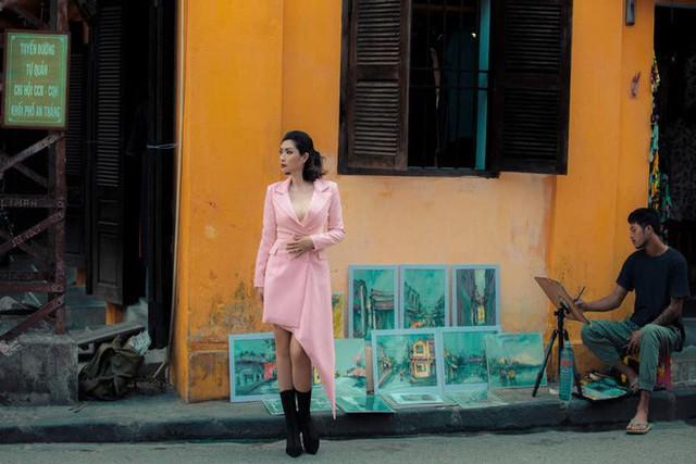 Về lại những con phố xưa nay đã thay đổi rất nhiều, Hồng Nhung vô cùng xúc động.