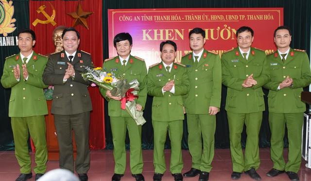 Thiếu tướng Nguyễn Hải Trung, Giám đốc công an tỉnh Thanh Hóa trao thưởng ban chuyên án
