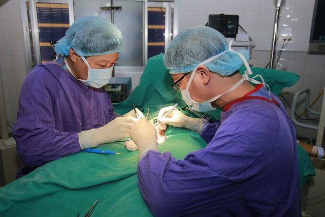 Các bác sĩ phẫu thuật cho nam bệnh nhân không may gặp tai nạn khi chơi bóng đá.