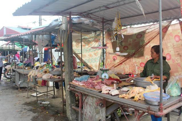 Theo những người bán thực phẩm ở xã Đại Đồng, người dân trong địa phương vẫn ăn thịt lợn bình thường nhưng số lượng có giảm không đáng kể