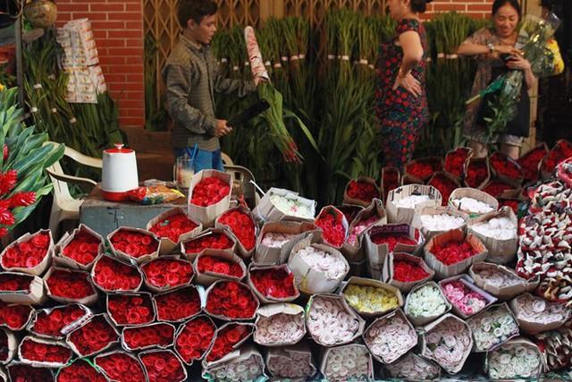 Giá hoa hồng tại chợ sỉ Hồ Thị Kỷ (quận 10, TP.HCM) đã bắt đầu tăng cao. Ảnh: Phúc Minh.