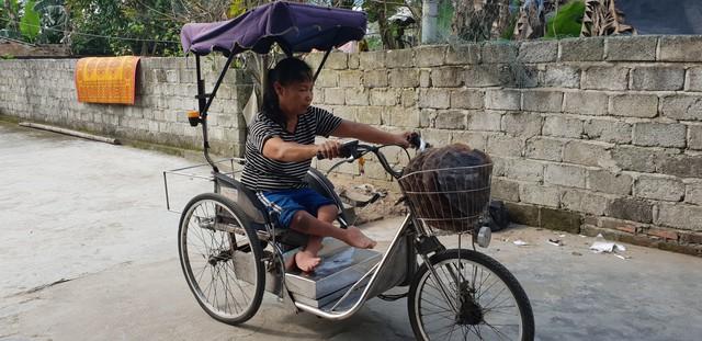Ngày 8/3 nhưng bà Hoa vẫn cùng chiếc xe lăn rong ruổi trên đường để đi nhập bánh đa.