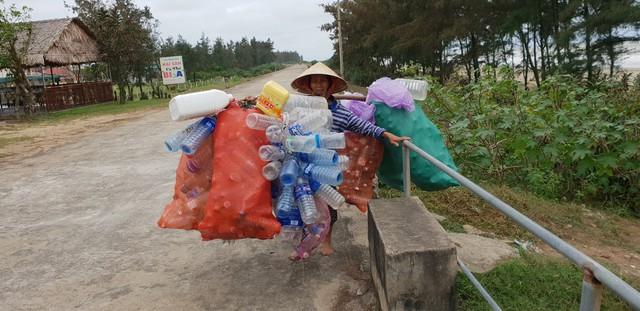 Một người phụ nữ bị câm vẫn một mình lang thang dọc bờ biển nhặt vỏ chai cũ về bán.