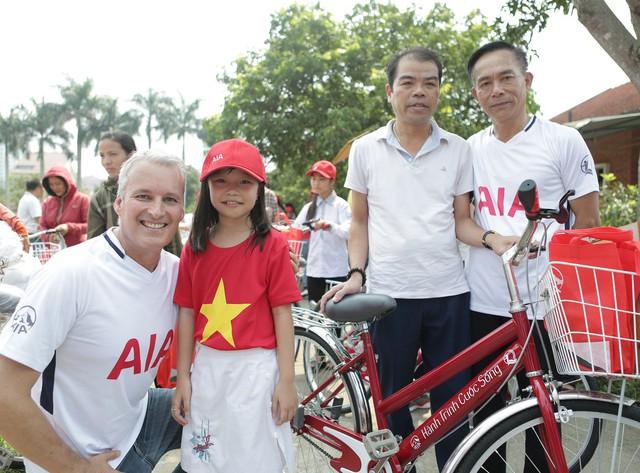 Lãnh đạo AIA Việt Nam và QBTTEVN trực tiếp trao tặng xe đạp cho các cháu.