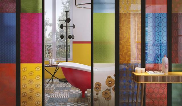 Không gian phòng tắm được ngăn cách với bức tường nhiều màu sắc.