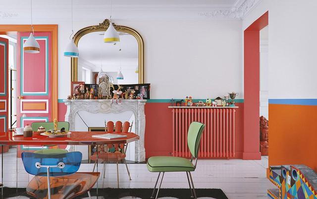 Tấm thảm trải sàn như một chút lạc điệu trong không gian ngập tràn sắc màu. Thảm không dùng loại choán hết bàn ăn, gia chủ khéo léo điểm xuyết để tạo nên chiều sâu và nét cá tính cho căn phòng.