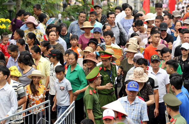 Lực lượng an ninh phân luồng người đi bộ di chuyển ở vòng ngoài.