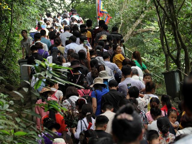 Lối di chuyển lên các Đền Thượng, Đền Hạ không một lối trống, người dân chỉ có thể di chuyển chậm chạp.