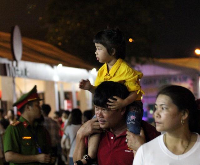 Rất nhiều bậc cha mẹ cũng cho con em có mặt tại Đền Hùng trong đêm, nhiều bậc cha mẹ cho hay đêm họ thuê chiếu ngủ lại.