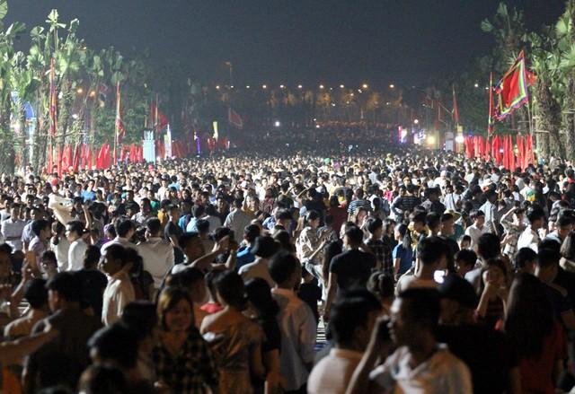 Quảng trường trước lối lên Đền Hùng lúc 21h đêm ngày 13/4 dòng người ùn ùn kéo đến khu di tích đông nghẹt thở. Theo nhiều du khách cho hay, chưa năm nào chứng kiến cảnh đông đúc như Lễ hội năm nay.