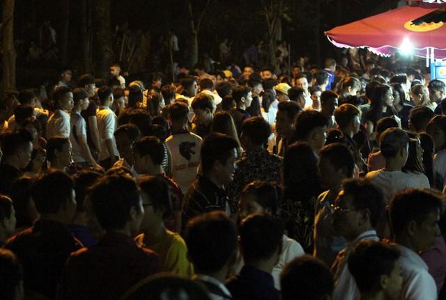 Khu vực di chuyển lên Đền Giếng cũng diễn ra cảnh tượng đông đến khó tưởng.