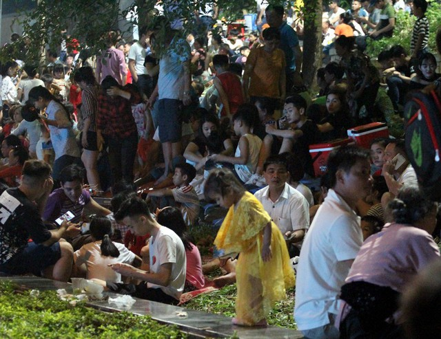 Tại khu vực cạnh các bức phù điêu, người dân ngồi nghỉ chân, thuê chiếu ngủ đông đúc.