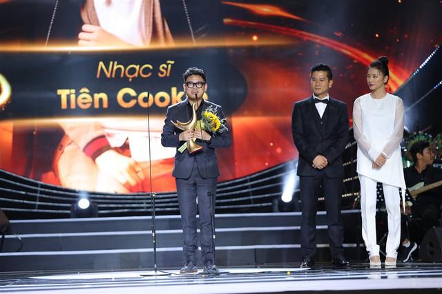 Một đại diện của nhạc sĩ Tiên Cookie lên nhận giải thưởng thay cho chủ nhân