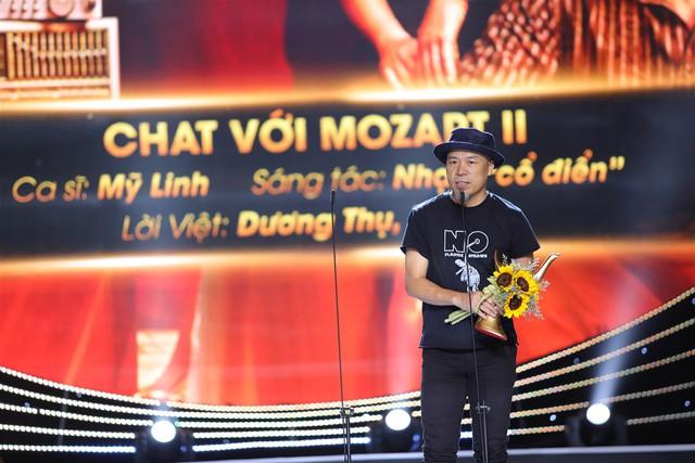 Nhạc sĩ Huy Tuấn lên nhận giải thưởng thay ca sĩ Mỹ Linh